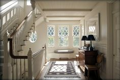 stair hall, pretty windows #white _ piano tra una scala e l'altra, fantastica finestra #bianco