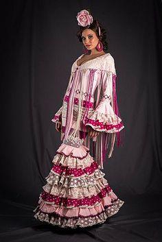 Moda flamenca 2013 Flamenco Costume, Flamenco Dancers, Flamenco Dresses, Dresses Dresses, Spanish Dress, Spanish Style, Traditional Gowns, Spanish Fashion, Folk Fashion