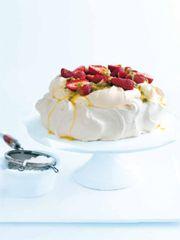 Pavlova is very popular here in Australia. It is a meringue-based dessert named after the Russian Ballet dancer Anna Pavlova. Beaux Desserts, Köstliche Desserts, Delicious Desserts, Dessert Recipes, Plated Desserts, Australian Desserts, Australian Food, Australian Recipes, Acai Recipes