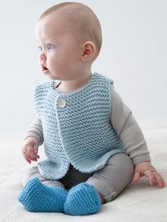 Deilig babysett i enkel rillestrikk - et perfekt prosjekt for ferske strikkere! Nivå: Lett. Garnkvalitet: Frimas (50 % ull, 50 % bomull) og Coton 4 (100 % bomull). Fasthet vest: 15 masker Frimas på pinne 6 = 10 cm.Fasthet sko: 23 masker Coton 4 på p 3,5 = 10 cm. Ønsker du kun å strikke en av delene, sett garnkvaliteten du ikke trenger til antall 0. Baby Clothes Patterns, Crochet Baby Clothes, Baby Knitting Patterns, Clothing Patterns, Baby Vest, Baby Cardigan, Baby Boy Outfits, Kids Outfits, Diy Crafts Knitting
