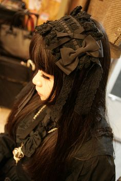 "Gothic Lolita - normally large headdresses can look quite amateur or ""ita"" but this looks really opulent and elegant, especially with all of the same colour. Harajuku Fashion, Kawaii Fashion, Cute Fashion, Harajuku Style, Tokyo Fashion, Women's Fashion, Visual Kei, Dark Fashion, Asian Fashion"