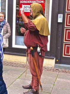 ... guida turistica in costume medioevale - Düderstadt (D) - 30 giu 2017 - © Umberto Garbagnati -