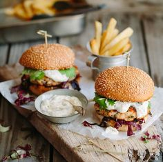 A luxurious twist on the traditional hamburger with this recipe for Fresh Salmon-Trout Burgers with Dill Mayo. Fish Burger, Salmon Burgers, Healthy Family Meals, Healthy Snacks, Delicious Desserts, Yummy Food, Fish Dishes, Light Recipes, Recipes