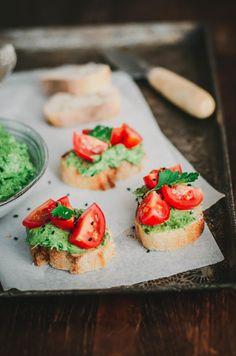 Toasts apéritifs avocat, herbes et tomate d'Ottolenghi Bruschetta, Sandwiches, Ethnic Recipes, Bien Dit, Hui, Parfait, Food, Salsa, Cherry Tomatoes