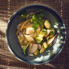 Inspiré de la cuisine péruvienne, ce délicieux bol de poisson mariné se compose de daurade, d'avocat, de radis roses et de citron confit. Idéal en été.