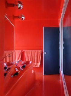 The red fiberglass bathroom of the Hugh Buhrich House II Bathroom Red, Bathrooms, The World's Greatest, Midcentury Modern, Mid Century, Postwar, Australia, Architecture, House