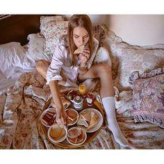 Best breakfast in bed photography hotel Ideas Healthy Breakfast Muffins, Breakfast On The Go, Sausage Breakfast, Eat Breakfast, Breakfast Photography, Couple Photography, Portrait Photography, Morning Bed, Breakfast Table Setting