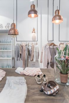 This hanging style as well for clothes Clothing Boutique Interior, Clothing Store Design, Boutique Interior Design, Boutique Decor, A Boutique, Boutique Store Design, Fashion Store Design, Boutique Stores, Fashion Stores