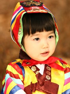 Baby girl's hanbok with hat Korean kids are so cute Kids Around The World, We Are The World, People Of The World, Precious Children, Beautiful Children, Beautiful Babies, Korean Traditional Dress, Traditional Outfits, Cute Photos
