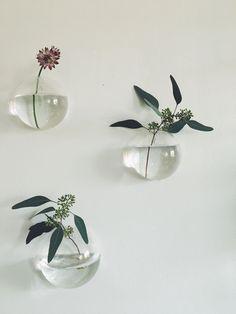 Väggvas, blommor, inredning, nordisk design, Antique Interior, My Room, Pearl Earrings, Design Inspiration, Case, Interior Design, Antiques, Flowers, Plants