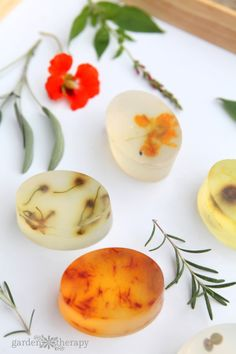 These botanical soap bars are decorated with flowers, herbs, and leaves found in the garden. Step-by-step instructions for how to make them at home. Melt And Pour, Natural Beauty Recipes, Homemade Soap Recipes, Homemade Paint, Soap Making Supplies, Soap Packaging, Glycerin Soap, Homemade Beauty Products, Natural Products