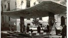 Parada de autobús de la plaza del Carmen en una imagen del 23 de marzo de 1973. Torres Molina/archivo de IDEAL Granada, Andalusia, Marina Bay Sands, Madrid, Antiques, Photography, Nostalgia, War, Bus Shelters
