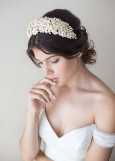 bridal headpieces This headpiece has-been made of cold porcelain clay flowers, being each entirely shaped by hand. Flowers and leaves made of this material are lightweight, little bi Bridal Headdress, Bridal Braids, Headpiece Wedding, Bridal Headpieces, Wedding Garters, Wedding Veils, Bridal Crown, Bridal Tiara, Wedding Jewelry