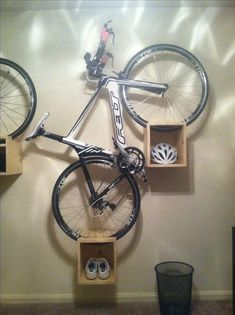Mount your bike on handy storage boxes - Bike storage - Bike Diy Bike Rack, Bike Hanger, Bike Storage Rack, Bicycle Rack, Garage Storage, Storage Boxes, Storage Ideas, Bicycle Storage Garage, Bike Storage In House