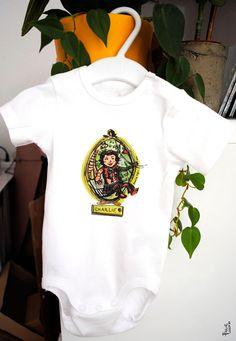 Cadeau de naissance, petit body personnalisé et illustré par © Pauline Lugon Onesies, Sweatshirts, Sweaters, Kids, Baby, Clothes, Fashion, Switzerland, Painted Canvas