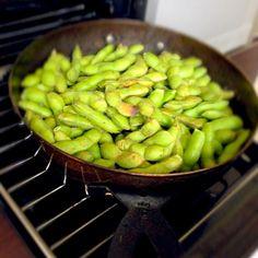 今夜はこれを凸っしーバージョンにしまーす♪(´ε` ) - 93件のもぐもぐ - グリルパンde焼き枝豆❤ by eim153