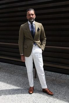 Marrying a brown corduroy blazer and white dress pants is a surefire way to inject rugged elegance into your current styling collection. Tobacco leather tassel loafers will be the ideal companion for this look. Gentleman Mode, Gentleman Style, Mens White Trousers, Outfit Hombre Formal, Street Style Inspiration, Suit Fashion, Mens Fashion, Moda Men, Look 2015