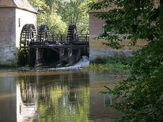 Singraven In 1659 worden deze watermolens de grootste en beste van Twente genoemd. Naast de olie- en korenmolen floreerde van 1732 tot 1816 een jeneverstokerij in de molengebouwen en later was er ook enige tijd een pelmolen en een kopermolen gevestigd. De molen was voor de eigenaar van het landgoed Singraven de belangrijkste inkomstenbron. In 1845 kwam bij de molen een bakkerij en in 1878 werd de houtzagerij ingericht. Het einde van de oliemolen ligt rond 1900, het binnenwerk werd… See Again, Netherlands, Holland, Dutch, Windmills, Gem, The Nederlands, The Nederlands, The Netherlands