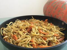 Spätzle mit Kürbis und Gartenkräuter aus dem Bio Eierreich. Kraut, Japchae, Ethnic Recipes, Food, Noodles, Essen, Meals, Yemek, Eten