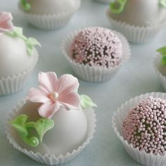 Cake bites wedding favors are sweet gifts for your guests.