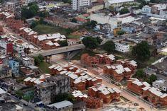 PARQUE RESIDENCIAL MANAUS Parque Residencial Manaus, construído sobre o antigo igarapé de Manaus pelo Programa Social e Ambiental dos Igarapés de Manaus (Prosamim). Em destaque a Ponte Isaac Sabbá, localizada na avenida Leonardo Malcher.  Foto: Durango Duarte. Acervo: Fotos Aéreas Manaus – 2007.