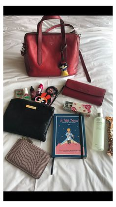 What In My Bag, What's In Your Bag, University Bag, Estilo Madison Beer, Purse Essentials, Travel Essentials, Inside My Bag, What's In My Purse, Work Bags