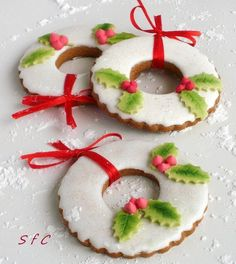 Wreath cookies dressed with Holly Christmas Wreath Cookies, Christmas Biscuits, Iced Cookies, Christmas Sweets, Christmas Cooking, Noel Christmas, Christmas Goodies, Cookies Et Biscuits, Holiday Cookies