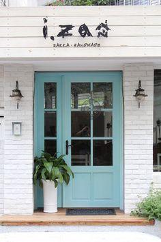 台北。i. za house。巷弄間精巧溫暖的雜貨屋,蒂芬妮藍的門片通往盛裝各式器物的途徑。