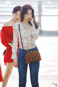 Red Velvet at Incheon Airport Fashion Idol, Korea Fashion, Kpop Fashion, Girl Fashion, Fashion Outfits, Womens Fashion, Airport Fashion, Airport Style, Red Velvet Seulgi