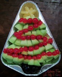 CHRISTMAS TREE FRUIT PLATTER IDEA - very simple and effective idea- I would use fresh cherries as they are in over here in NZ at Christmas or melon balls-just go for it .  It looks like it is in a throw away christmas tree foil tin....I have some glass christmas tree plates that will do this very nicely