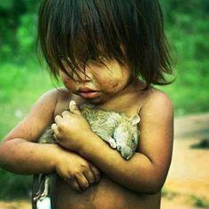ネズミを抱く男の子