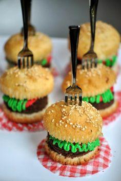 coole cupcakes dekoriert wie kleine burgers