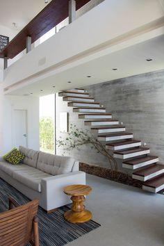 As escadas podem dar leveza ao ambiente trabalhadas junto com um belo paisagismo