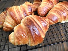 I Cornetti sfogliati del bar Brioche Recipe, Breakfast Pastries, Romanian Food, Mini Desserts, Dinner Rolls, Pan Dulce, Sweets Recipes, I Love Food, Finger Foods