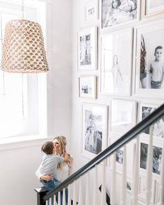 Decorar con fotos de familia: las mejores ideas vistas en Pinterest Gallery Wall Staircase, Stairwell Wall, Staircase Design, Gallery Walls, Picture Wall Staircase, Stairwell Pictures, Gallery Gallery, Stair Wall Decor, Entryway Wall Decor