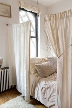 ▷ 1001 + ideas for furnishing a one-room apartment comfortable . Selamm Sosis ▷ 1001 + ideas for furnishing a one-room apartment to set up a comfortable and elegant room, bed separated by curtains, all in cr Small Rooms, Small Apartments, Small Spaces, Small Small, Small Study, One Room Apartment, Apartment Ideas, Student Apartment Decor, Deco Studio