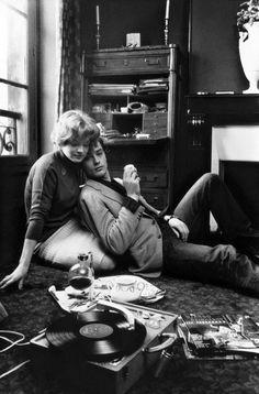 Romy Schneider et Alain Delon, chez eux, à Paris, 1959.