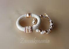 #Pulseras cordón, cuero, zamak, perlas de vidrio y cristal de Swarovski. Dorado.