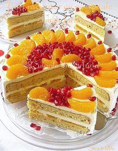Acest tort are un blat cu aroma de portocale, o crema fina de vanilie cu frisca si fructe de sezon: portocale si mandarine. Este undesert racoritot, fin si sper sa va tenteze sa-l incercati…