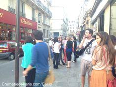 """""""Géniale la boutique Casio !"""" """"Tu as vu cette montre là ?!"""" Un peu plus loin un groupe parle de cet authentique Pop up Store Casio à la Cremerie de Paris."""