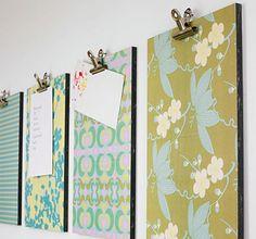 Das brauchen Sie:  Holzbretter in Wunschgröße (Baumarkt)  Geschenkpapier mit verschiedenen Dessins  Sprühkleber (Bastelbedarf)  Nägel  Hammer  Papierklammern  Schrauben, Dübel, Bohrmaschine oder Klebeband zum Befestigen der Bilder auf der Wand