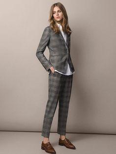 Traje de chaqueta, con pantalón tobillero de Massimo Dutti. Combínalo tanto con zapato masculino como un taconazo. Puedes ponerte debajo una camisa blanca de seda o un jersey de cuello alto, con ambos tendrás un look muy estiloso.