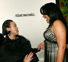 Sara Ramirez se diverte ao lado de Sue Wong