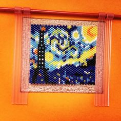 Bonne nuit la France .  Modèle  trouvé sur pinterest et adapté avec la tour Eiffel même si ma fille a déclaré qu'elle ressemblait plus à la fusée de Tintin ...☹️☹️☹️ mais c'est l'intention qui compte n'est-ce pas? Et pour tout vous dévoiler la barre de rideau est faite avec une aiguille à tricoter et les rideaux sont ceux de la maison Playmobil... #perleusecompulsive  #perlezmoidamour  #miyuki  #perleaddict  #perlesandco  #jenfiledesperlesetjassume  #miyukiaddict  #miyukibead