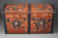 Rosemalt kiste med rød bunnfarge, eiernavn og dat. 1822. Hallingdal, rosemalt også innv. L: 120 cm. Prisantydning: ( 6000 - 7000) Solgt for: 5000