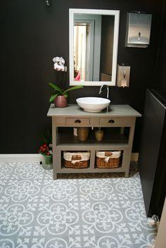 grijs witte in badkamer met zwarte muur