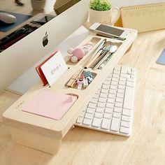 Quando a mesa de trabalho é pequena, uma prateleira de teclado se mostra eficaz para organizar o material de escritório. #homeoffice #office #escritório #organização #organizing