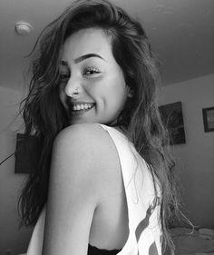 Nadia est belle,Nadia est jeune et srt Nadia veut profiter de la vie … # Roman d'Amour # amreading # books # wattpad Milky Way Photography, Girl Photography Poses, Cute Girl Face, Cute Girl Photo, Stylish Girls Photos, Stylish Girl Pic, Selfie Poses, Selfies, Cool Girl Pictures