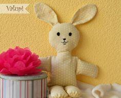 Muñeco de tela conejito / Cloth Rabbit Doll. Este simpático conejito está realizado en tela de algodón y relleno con fibras sintéticas, con un tacto tan suave y blandito que no vais a poder parar de achucharlo en cuanto lo tengáis en vuestras manos.