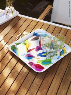 Un stol de păsări colorate aduc băuturi răcoritoare în zilele calde de vară. www.IKEA.ro/tava_BARBAR
